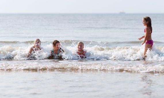 Zee_kinderen in golven